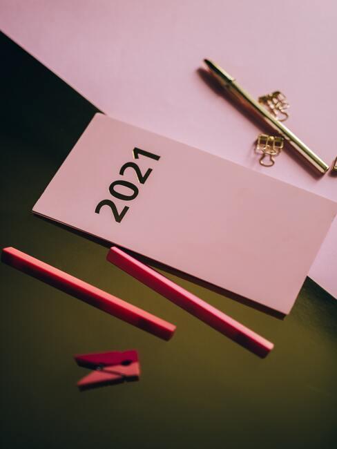 Roze vellen papier op bureau
