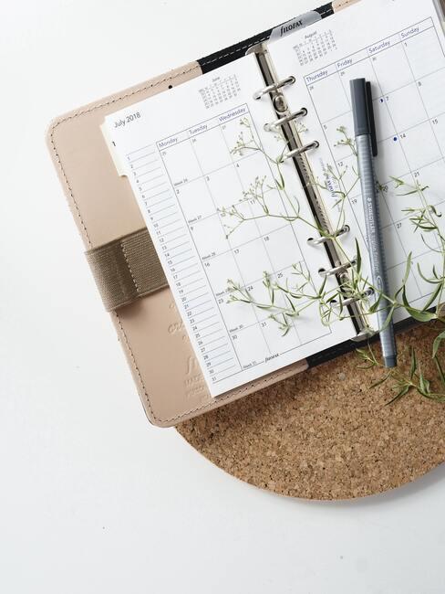 notitieboekje op tafel, bloemen