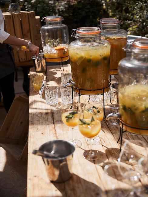 Drankjes op een houten tafel