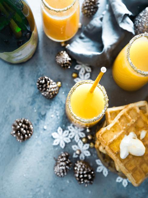 Sinaasappelsap en wafels op tafel