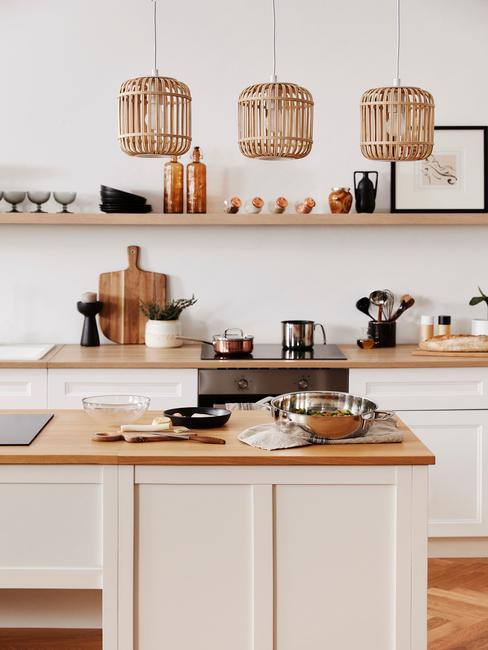 lichte open keuken met kookeiland
