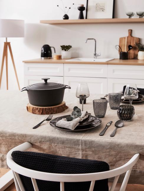 Lichte open keuken met tafel en zwarte pan