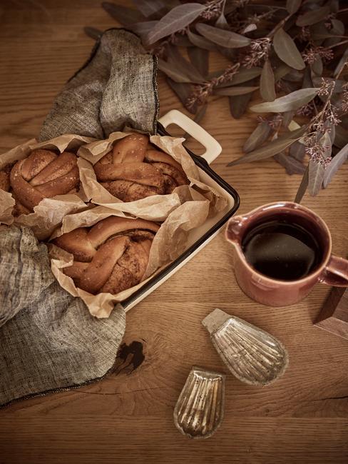 Kerstbrunch organiseren header warme broodjes uit de oven op houten tafel