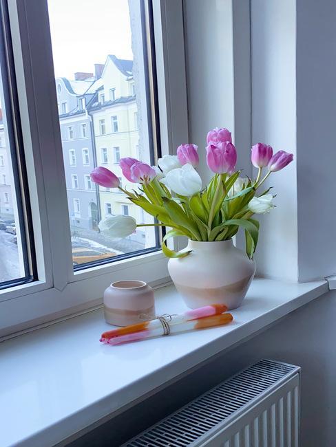 Dip dye kaarsen op de vensterbank
