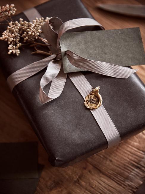 Cadeaus in een klassieke stijl inpakken in bruin papier en een stijlvol lint