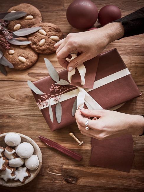 Pakjesavond: cadeaus in een klassieke stijl inpakken in bruin papier en een stijlvol lint