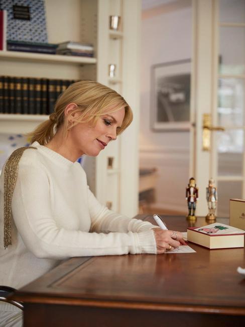 Een vrouw schrijft een sinterklaasgedicht