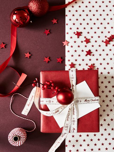 Klassiek verpakt cadeau in rode papier en een witte lint