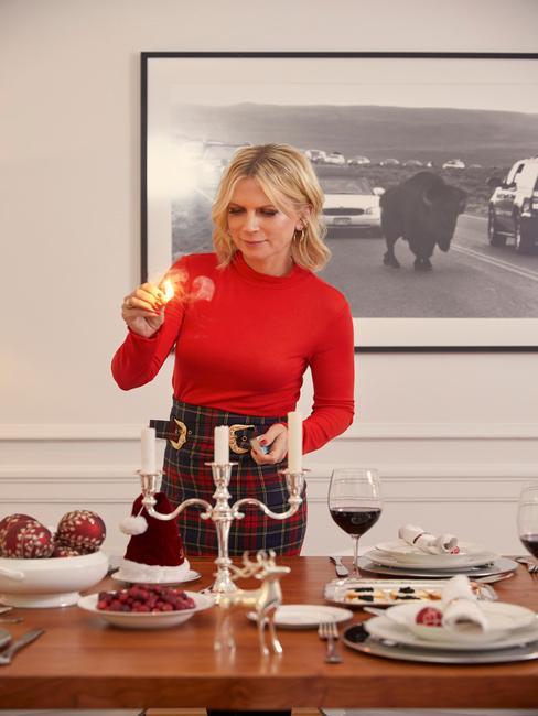 Surprise maken: gedekte tafel met kandelaar en wijnglas en servies