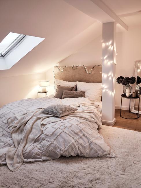 kleine slaapkamer met lichtjes en witte details