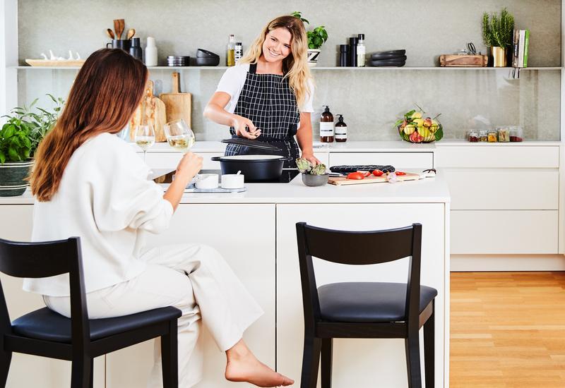 Open keuken met bar en zwarte barkkrukken