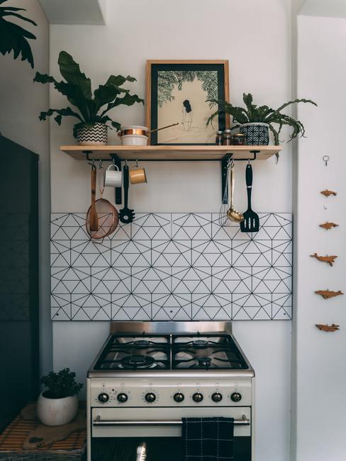 Oude keuken met gasfornuis en kookaccessoires