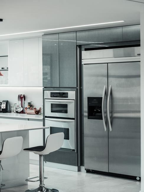 Magnetron reinigen: moderne keuken in grijs