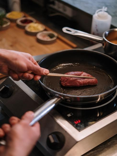 Gebakken biefstuk in een pan