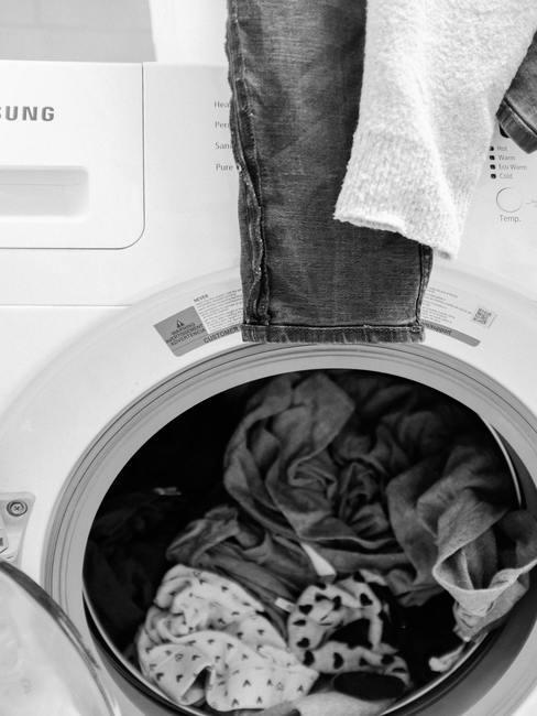 wasmachine met zwart-witte was en handdoeken bovenop: Wasmachine schoonmaken