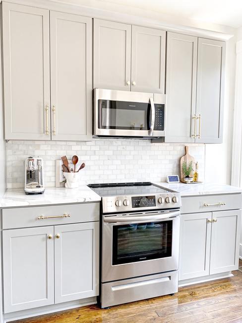 Magnetronreiniging tips in een beige keuken