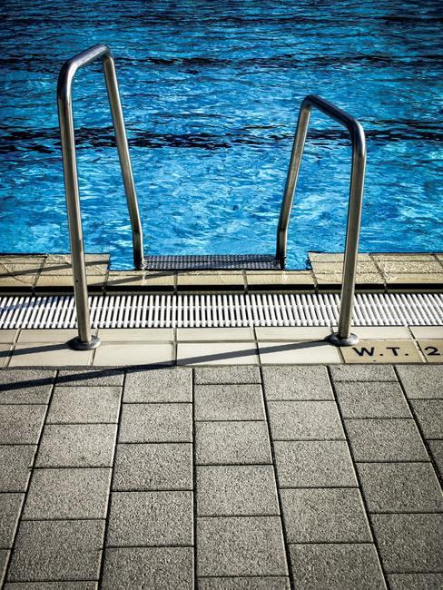 Tuintegels schoonmaken: het zwembad naast de tuintegels
