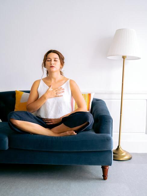 ontspan door diep in en uit te ademen het helpt om een hand op je buik en de andere op je borst te leggen