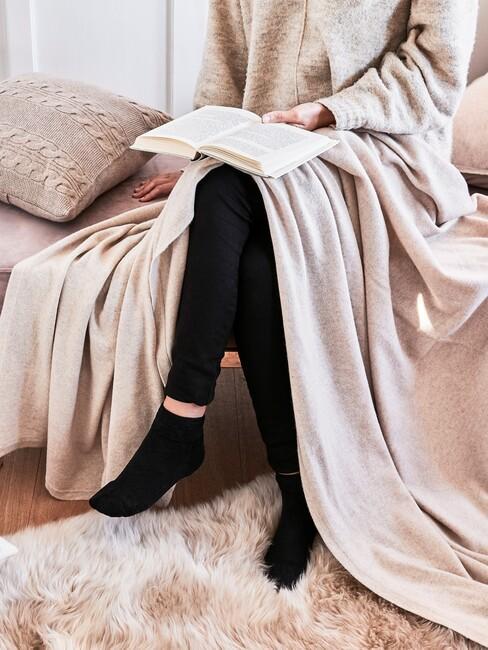 Zoek een fijne plek in huis om een rustgevende leeshoek te maken