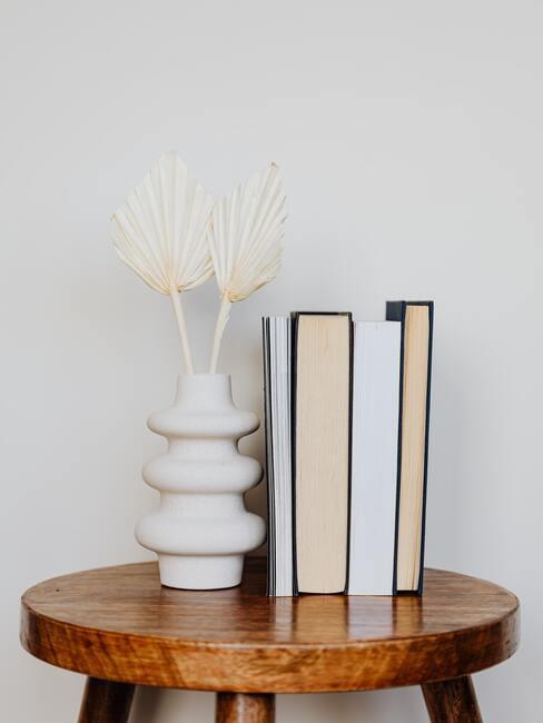 Houten bijzettafel met verschillende leesboeken