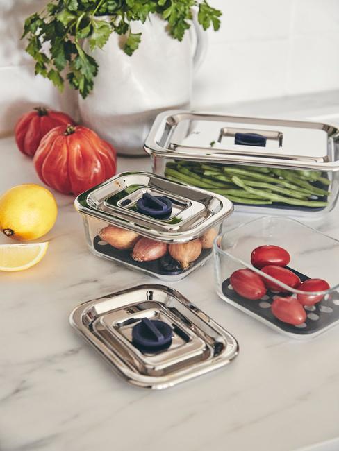 airfryer schoonmaken verse groenten in bakjes op marmeren aanrechtblad close up foto