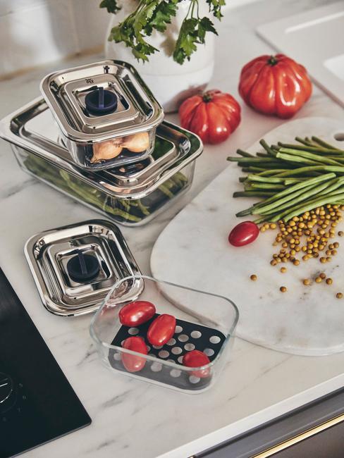 airfryer schoonmaken verse groenten in vershoudbakjes op aanrechtblad