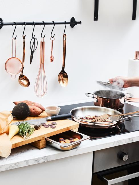 Keuken kookaccessoires in de keuken in landelijke stijl met moderne elementen