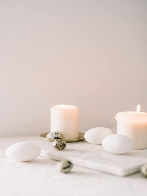 Kaarsen op dienblad in wit