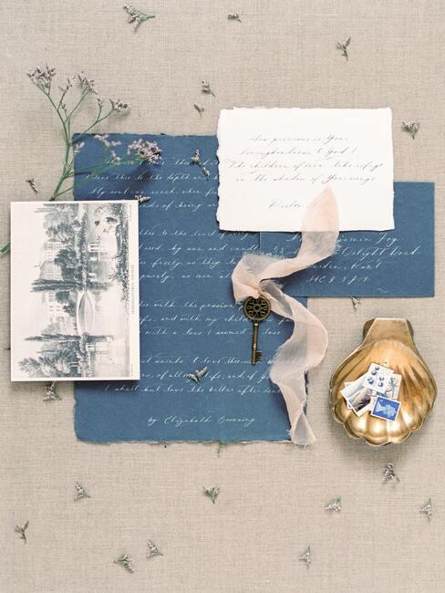Prachtig versierd vel papier met bloemen