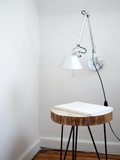 Kruk met metalen poten en witte hanglamp
