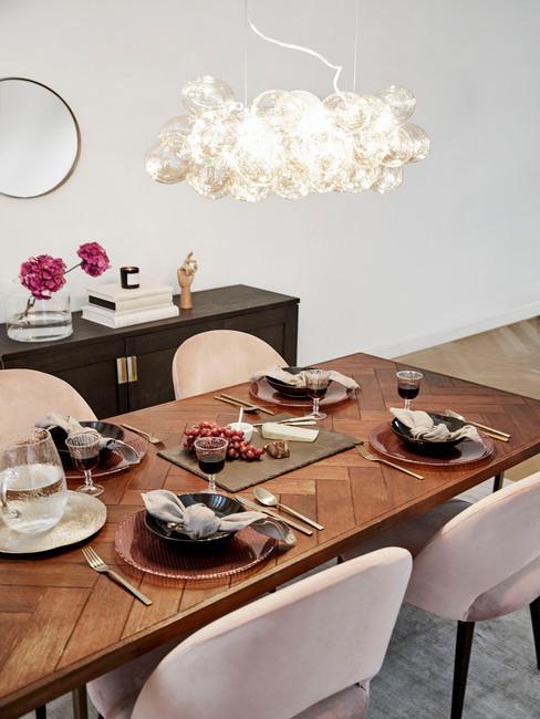 Gedekte tafel voor het Suikerfeest mte gouden details