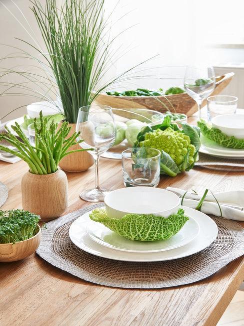 Groene en witte ingedekkte tafel