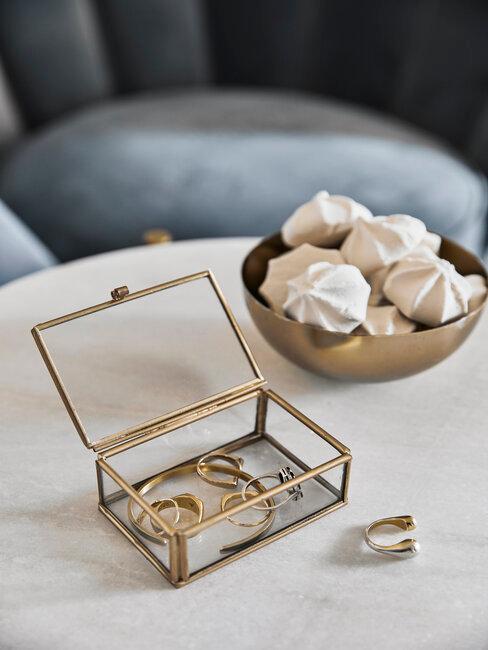 sieraden opbergen in transparant gouden doosje