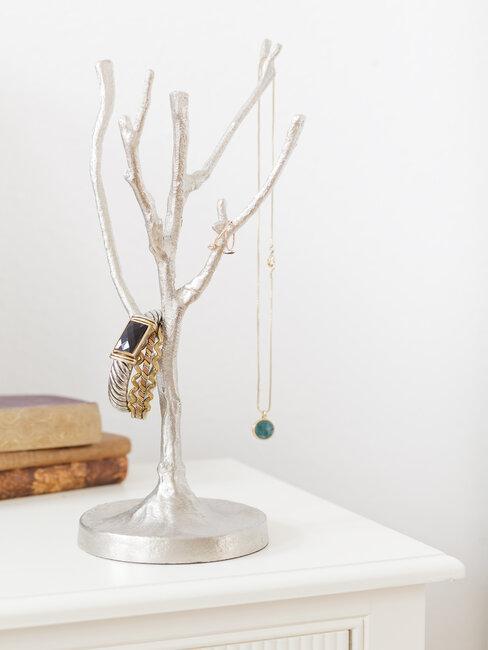 sieraden aan boom