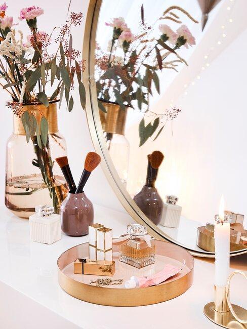 sieraden en make up op dressoir