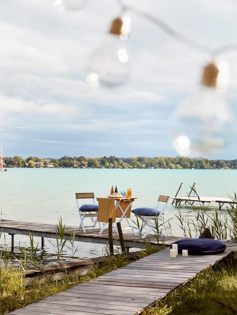 glamping aan het water met een houten balkonset