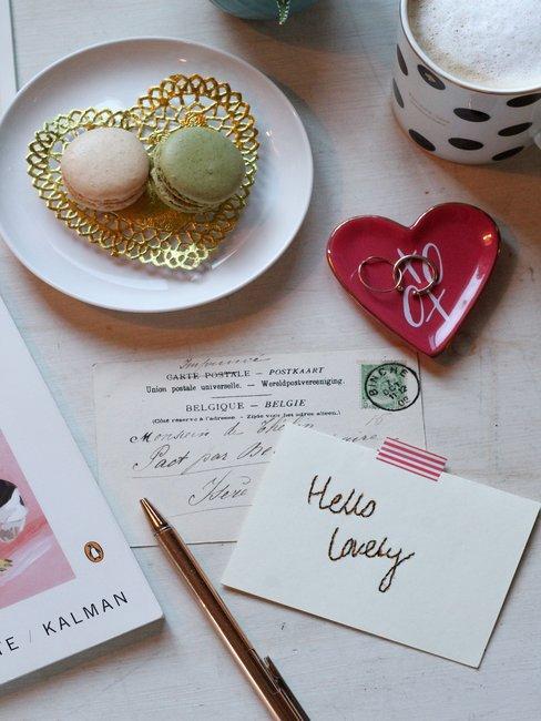 Postcard op witte achtergrond met macarons op schaal voor Save the date kaarten