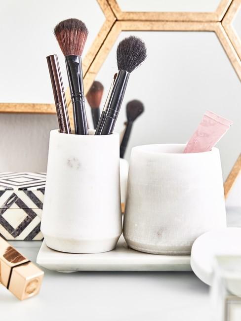 witte make up orginizer met zwarte kwasten