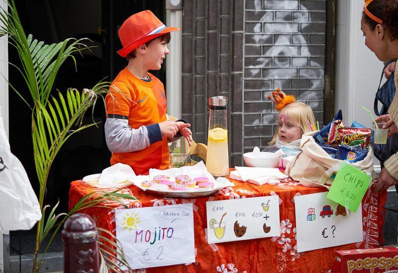 kinderen verkopen eten en drinken op koningsdag