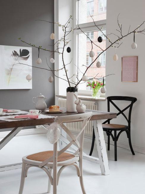 Paastak in witte vaas op bruine tafel in lichte kamer