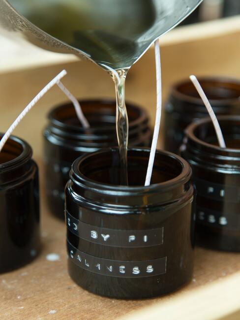 zelfgemaakte kaarsen met etherische olien erin verwerkt