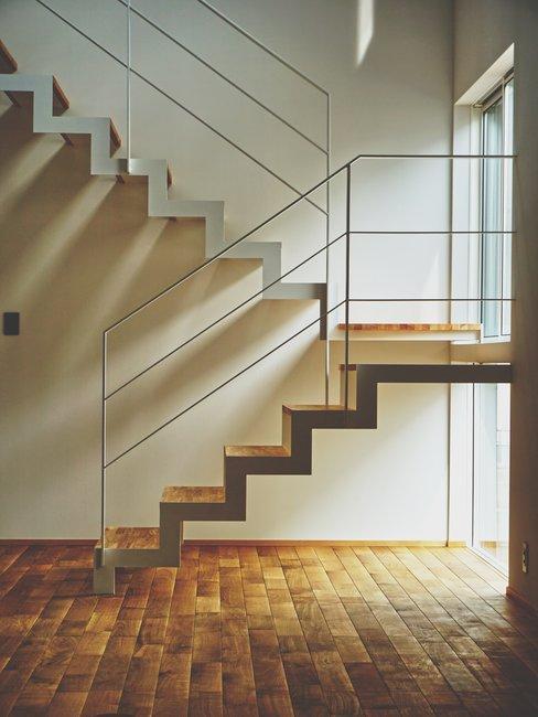 Zij aanzicht houten met witte trap scandi