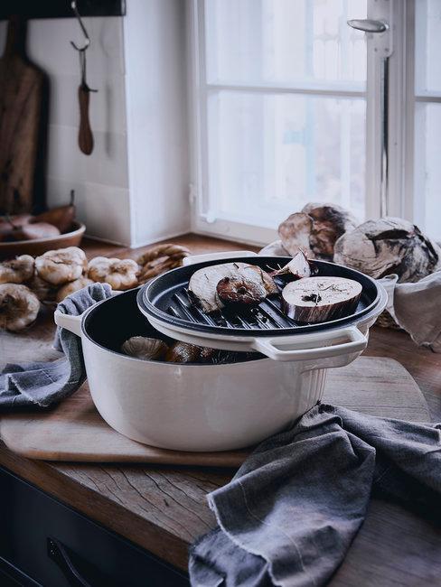 Houten keukenblad met witte pan