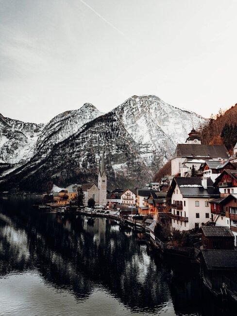 dorp in Zwitserland langs het water