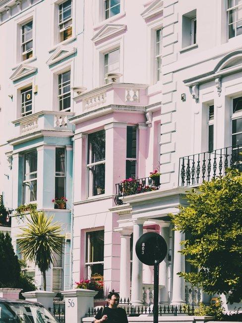Statische huizen in groen roze en witte kleur gevels