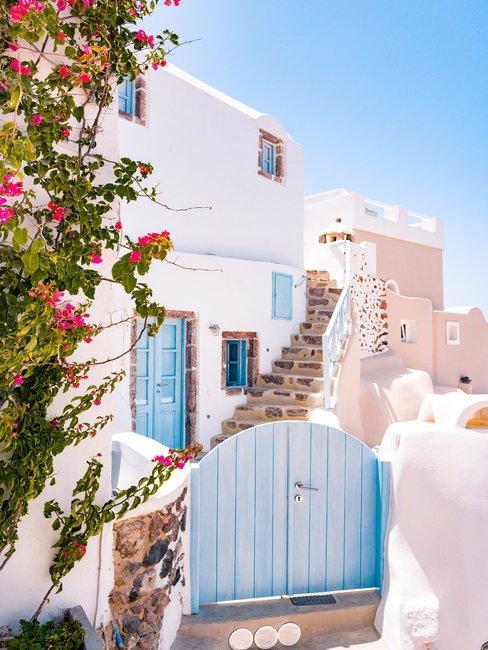 Vakantiehuis met blauwe poort voor wit huis met tegeltrap
