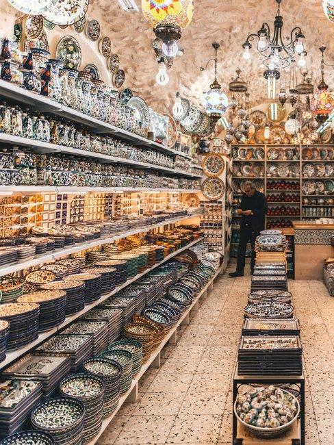 Kleurrijk servies voor het suikerfeest in arabische stijl in winkel