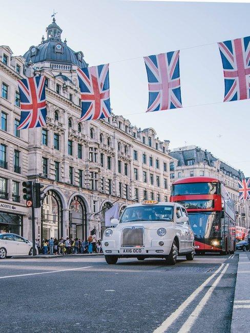 Huwelijksaanzoek Londen bus en taxi met britse vlaggen