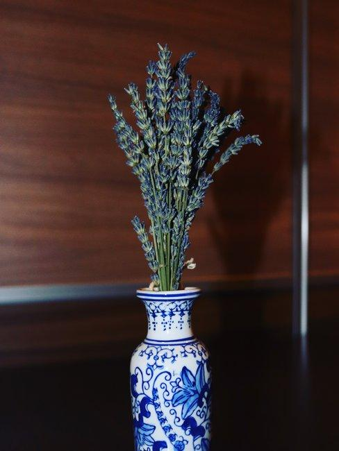 Delfts blauwe vaas met lavendel voor houten muur