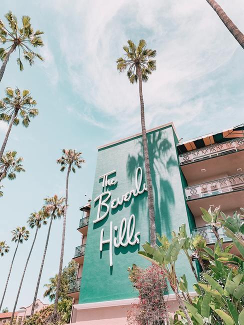 The Beverly Hills Hotel met palmbomen in de zon